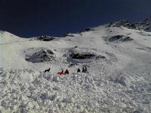 les-debris-de-l-avalanche-qui-a-balaye-hier-la-face-nord-ouest-de-la-pointe-de-l-argentiere-(3-053