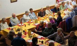 les-tables-autour-desquels-les-personnes-agees-de-la-commune-ont-pris-place-etaient-garnies-de-super
