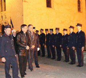 a-villaroger-les-pompiers-au-garde-a-vous-pour-la-presentation-aux-elus-une-revue-des-troupes-da