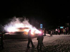 pour-l-occasion-un-gateau-geant-avait-ete-sculpte-dans-la-neige-en-fin-de-soiree-ses-bougies-ont-ete-enflammees-sous-le-regard-des-500-personnes-presentes-sur-le-front-de-neige
