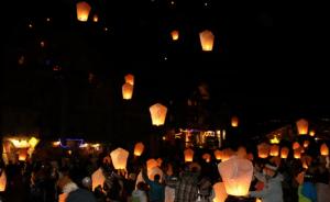 300 ballons brésiliens dans le ciel