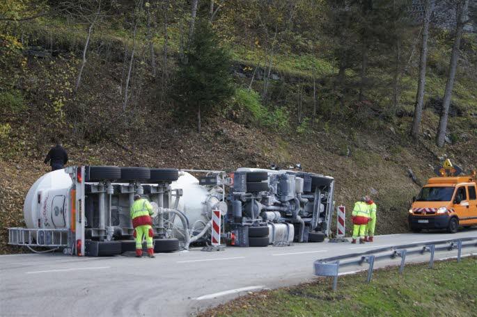 Vu le chargement du camion, la première tentative de relevage a échoué, car le point d'accroche fixé sur le camion a cédé. Photo DL / Céline PILATI
